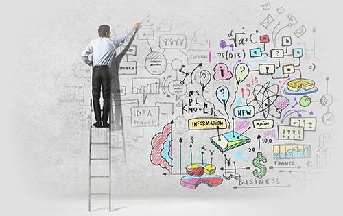 Homme sur une échelle dessinant sur le mur à la craie